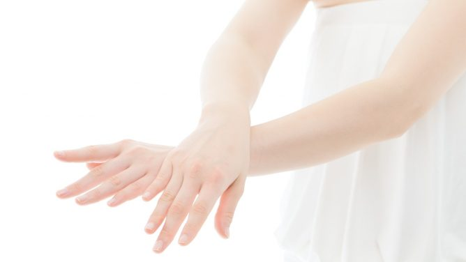 指毛の自己処理はNG?毛穴レスの手指をかなえる脱毛方法とは
