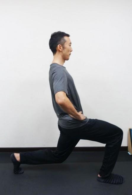 ×後ろ足に重心がかってしまうパターン。後ろ足の前腿が辛くなる人はこれの可能性あり。