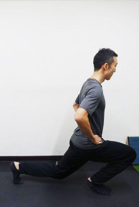 ×前足に重心が乗りすぎているパターン。正しい効果が出ないので、腰をまっすぐ落とすイメージを持って。