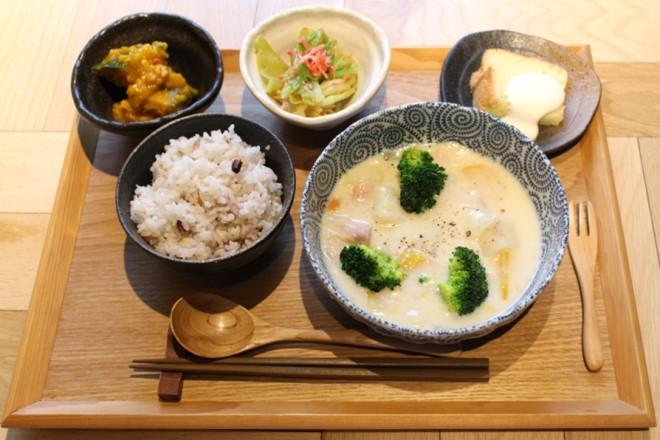 東京・渋谷「REISM STAND(リズム スタンド)」の『野菜ほくほくチキンシチュー』(¥1000)