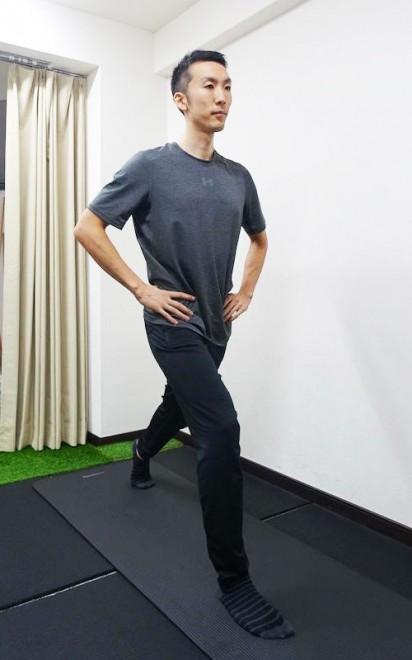 足を前後に開いてバランスを取る。体重は前の足に多めにかけよう。
