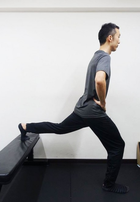 椅子やベッドなどに片足を乗せてバランスを取る。大股に開いた方がバランスが取りやすく、お尻や前足のももの前に効く。