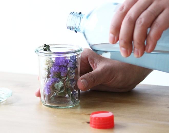 step3:瓶の中いっぱいになるまでオイルを注ぎ入れる