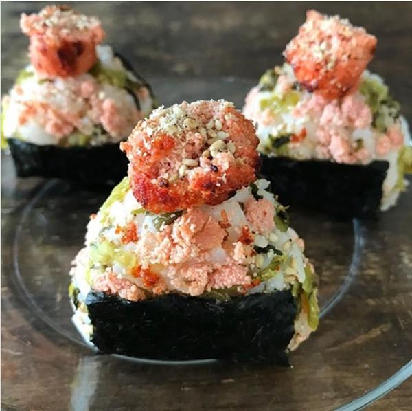 【炙り明太子と高菜のおにぎり】写真/Tesshi