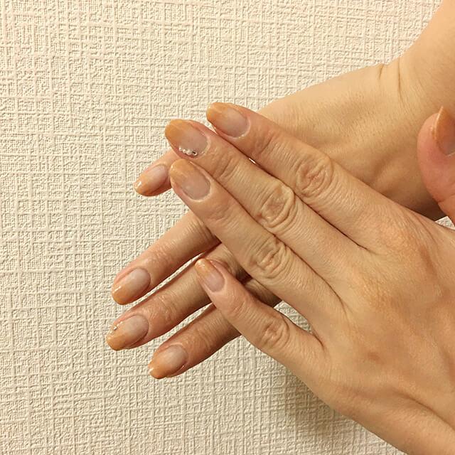 パッと見た感じはとてもシンプルですが、爪先に行くほど濃くなるグラデーションネイルのおかげで指が長く見えます。肌馴染みのよいベージュに、ラインストーンとパール