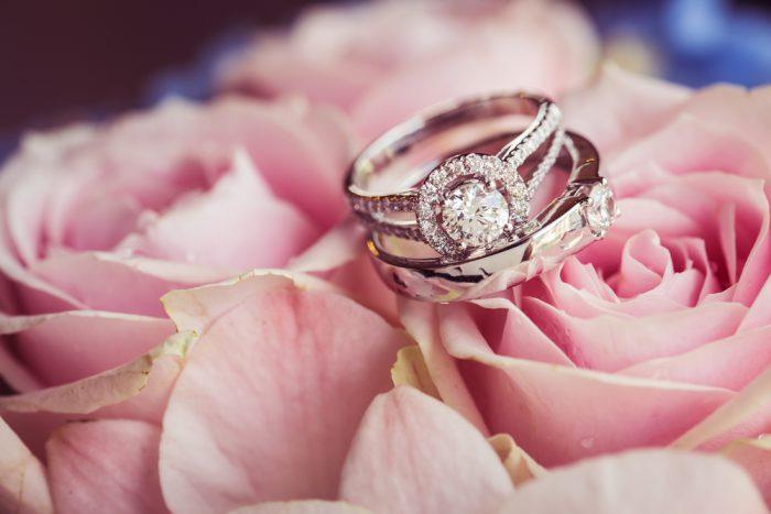 婚約指輪と結婚指輪の違いは?セットで重ね付けが人気急上昇って本当?!