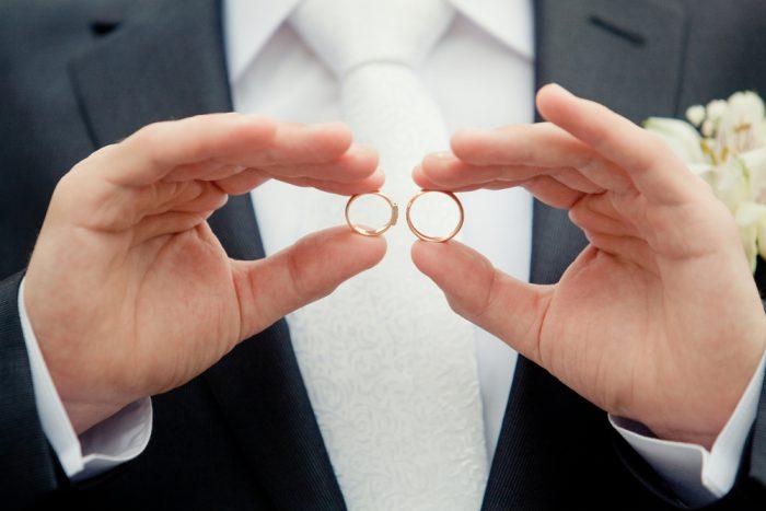 【今さら聞けない】結婚指輪をはめる指はどこが正解?!調べてみました